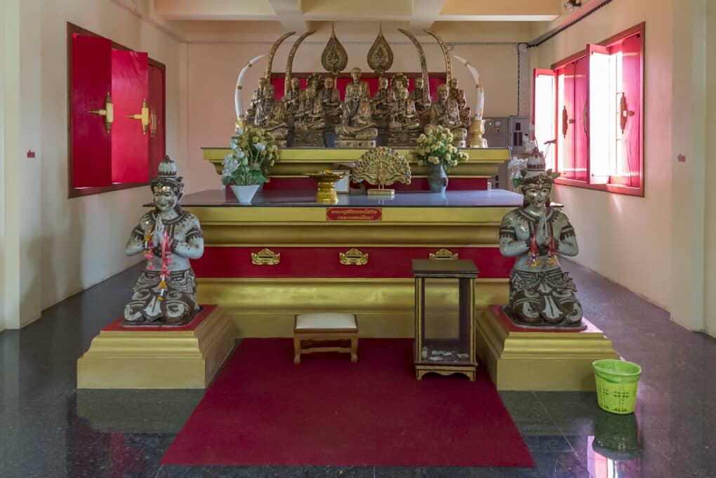 Buddha-Figuren im Wat Si Maha Pho Figurengruppe 2