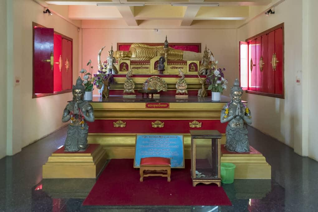 Buddha-Figuren im Wat Si Maha Pho Figurengruppe 3