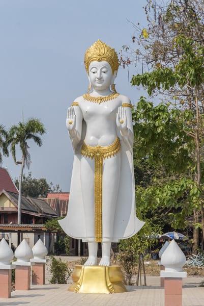 Weißer Buddha mit den Erleuchtungsmahlen