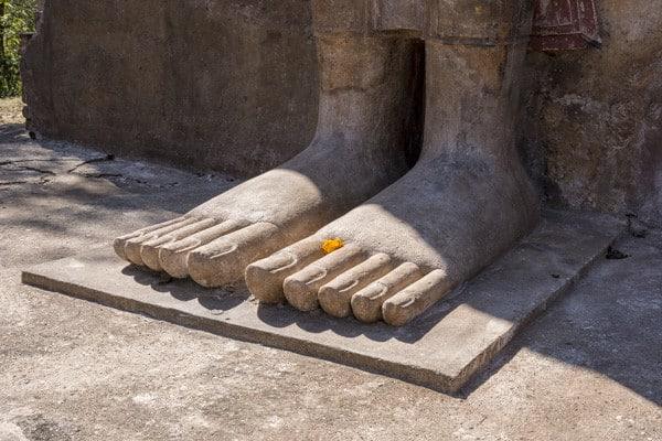 Die Füße einer Buddha-Statue - die 32 Merkmale eines großen Mannes