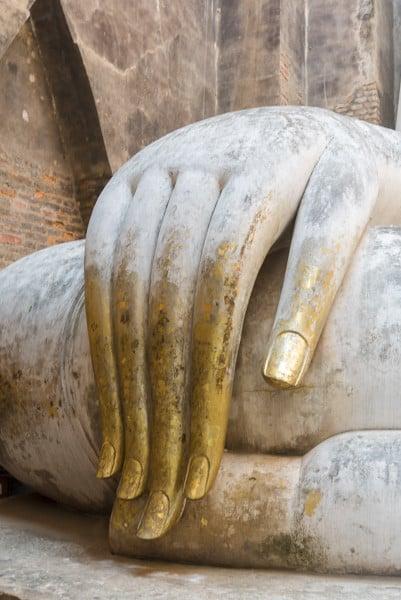 Die Finger der Buddha-Statue in Wat Si Chum - Sukhothai - die 32 Merkmale eines großen Mannes