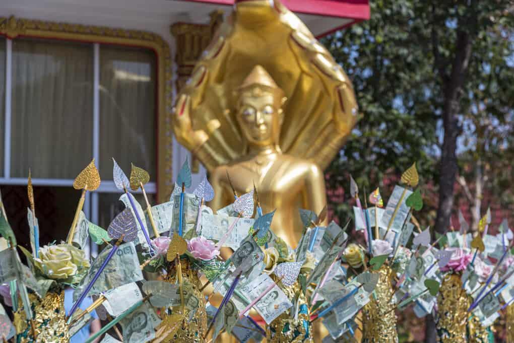 Geldspenden im Tempel - Prostitution und Buddhismus