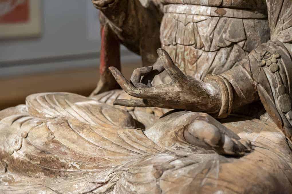 Schnitzereien an einer antiken Statue im Museum Ostasiatische Kunst
