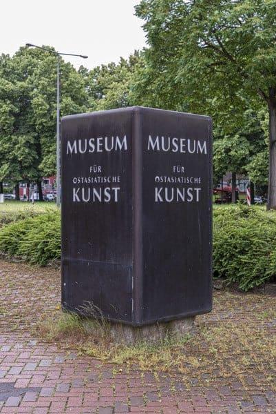 Eingangswürfel am Museum - Köln