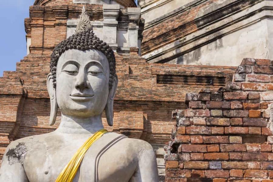 Die Buddhas der drei Zeiten - Buddha-Statue vor den Tempelruinen in Ayutthaya - Thailand