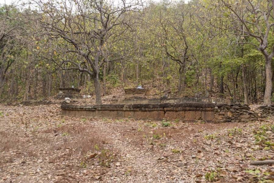Der Bot mit angrenzenden Rest eines Chedis - Wat Aranyik im Westen des Historischen Park in Sukhothai