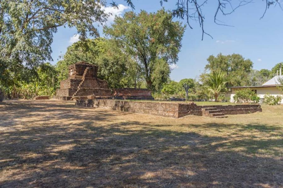 Wat Kon Laeng mit der Pyramide für Phi Muang und dem vorgelagerten Viharn in Sukhothai - Thailand