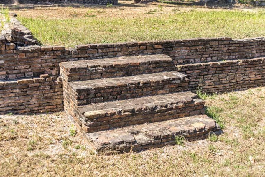 Treppe am Viharn im Wat Kon Laen aus Backsteinen gemauert - Sukhothai - Thailand