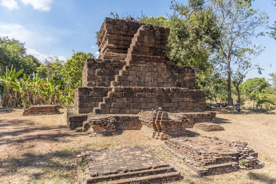 Auffällig sind die jeweils zwei Treppen an der Ost- und Westseite der Pyramide am Wat Kon Laeng in Sukhothai. Die Pyramide als Opferstätte für Phi Muang