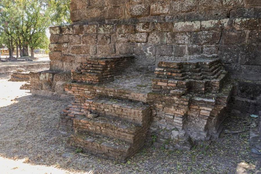 Anbau mit Backsteinen an die Pyramide von Wat Kon Laeng in Sukhothai
